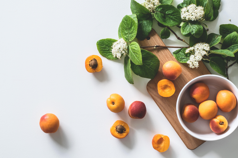 aprikosen auf tisch